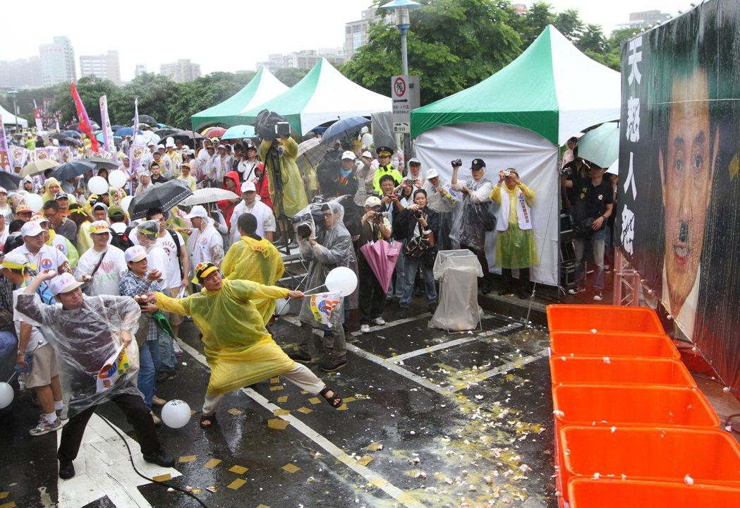 2012年的520,台聯率群眾前進總統府嗆馬,群眾拿著貼有「馬英九滾蛋」字樣的雞...
