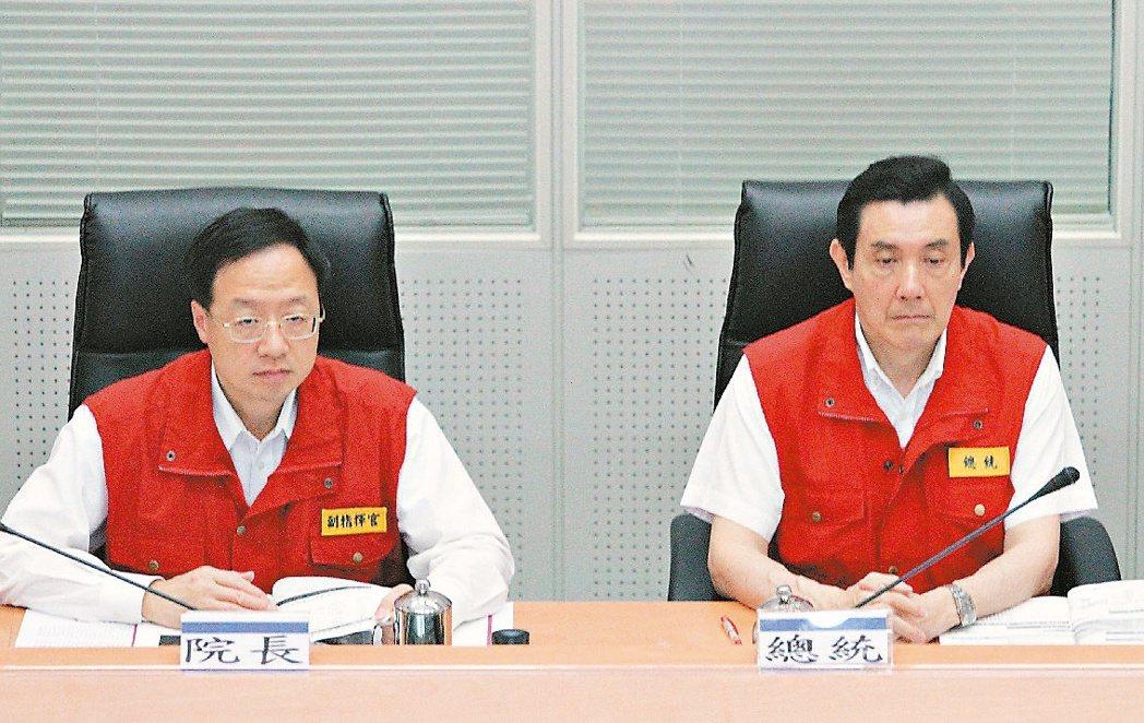 2013年馬英九(右)在520就職周年改變行程,與江宜樺(左)視察中央災害應變中...