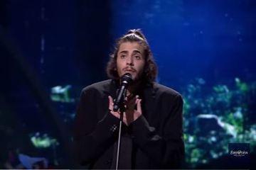 罹患嚴重心臟疾病的葡萄牙男歌手,今天凌晨在「歐洲歌唱大賽」以1曲憂鬱的「法朵」風格歌曲,為葡國抱回首座大賽冠軍。法新社報導,參賽的27歲歌手索布拉爾(SalvadorSobral)正等待心臟移植。他...