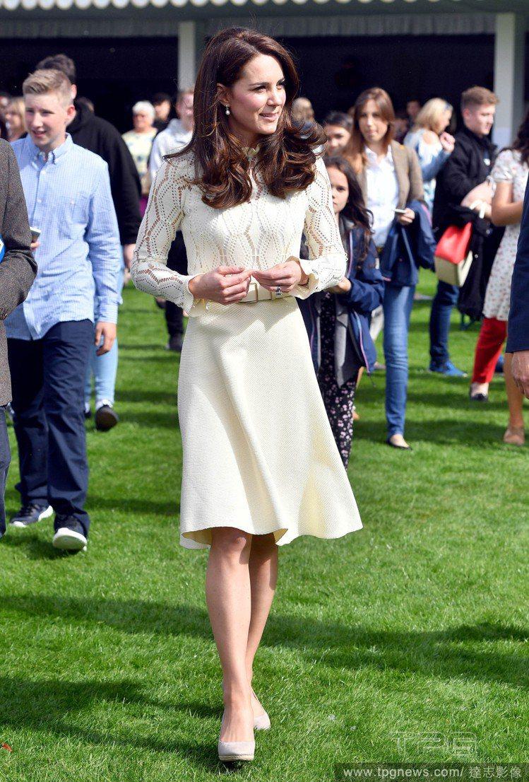 凱特王妃以See by Chloe鏤空透視洋裝出席白金漢宮後花園所舉辦的派對。圖...