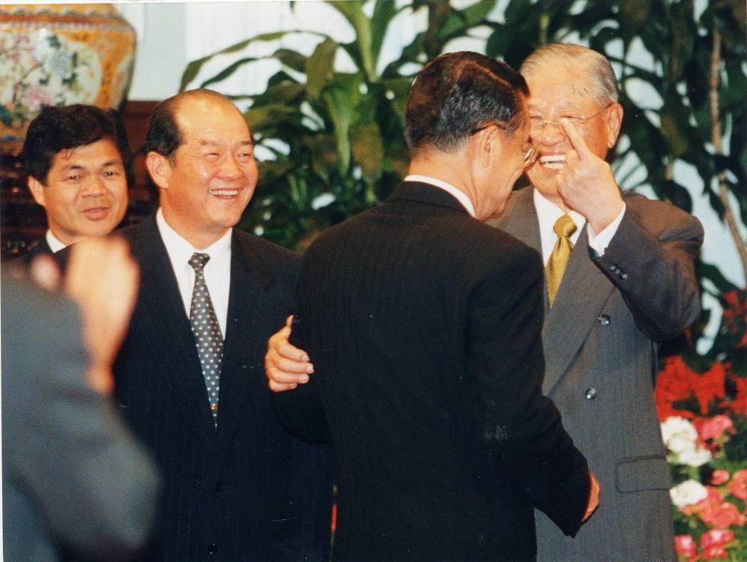 1999年李登輝總統就職總統三周年,來自國內外的「李登輝之友」到總統府致賀,他心...