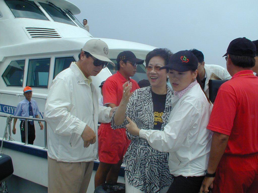 2002年520前夕,副總統呂秀蓮(中)登上龜山島。 圖/報系資料照