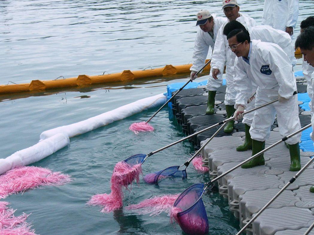 陳水扁任期最後一次就職周年,到屏東縣小琉球和當地海洋環保志工,一起做清除漁港油汙...