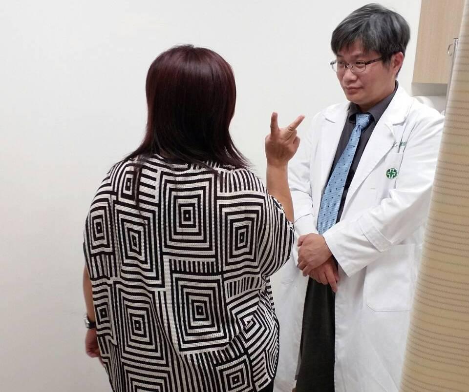 糾纏患者(左)長達10年的腹壁子宮內膜異位瘤,終於手術解除危機。圖右亞東醫院婦產...