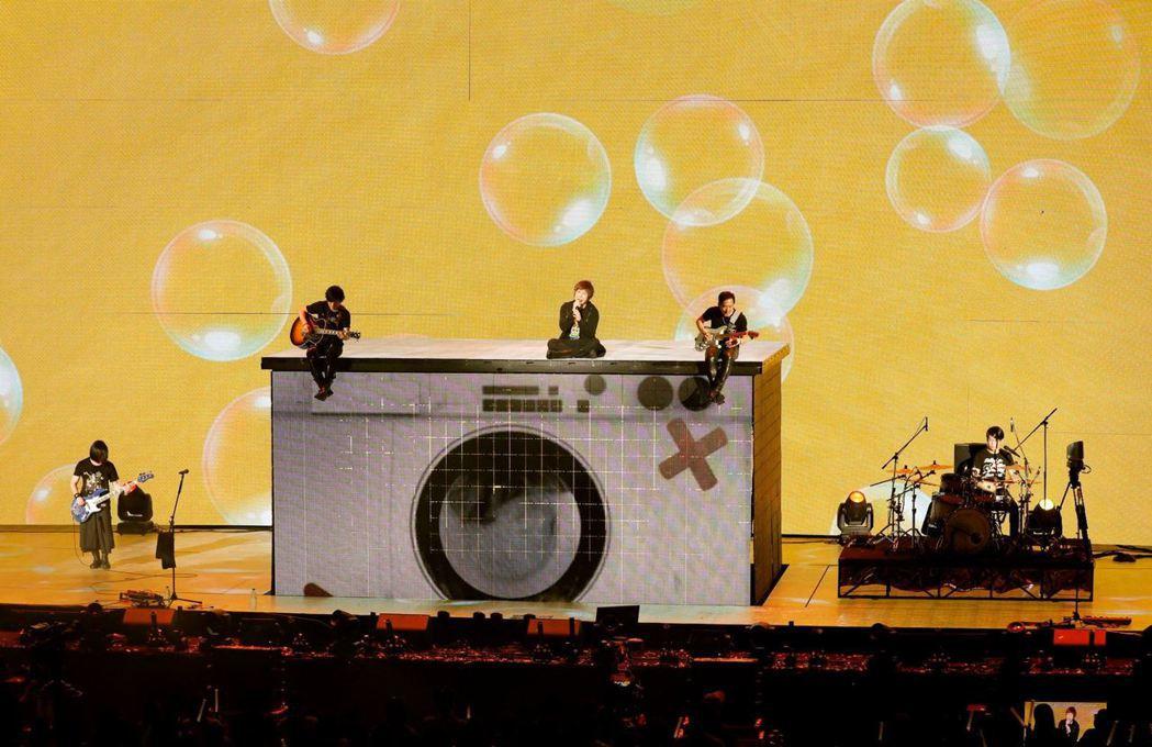 五月天13日在香港演唱會以「洗衣機」這首歌祝福天下母親。圖/摘自臉書