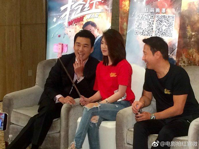 黎明(右)、王耀慶(左)在新片「搶紅」記者會上與大批網紅互動。圖/取自微博