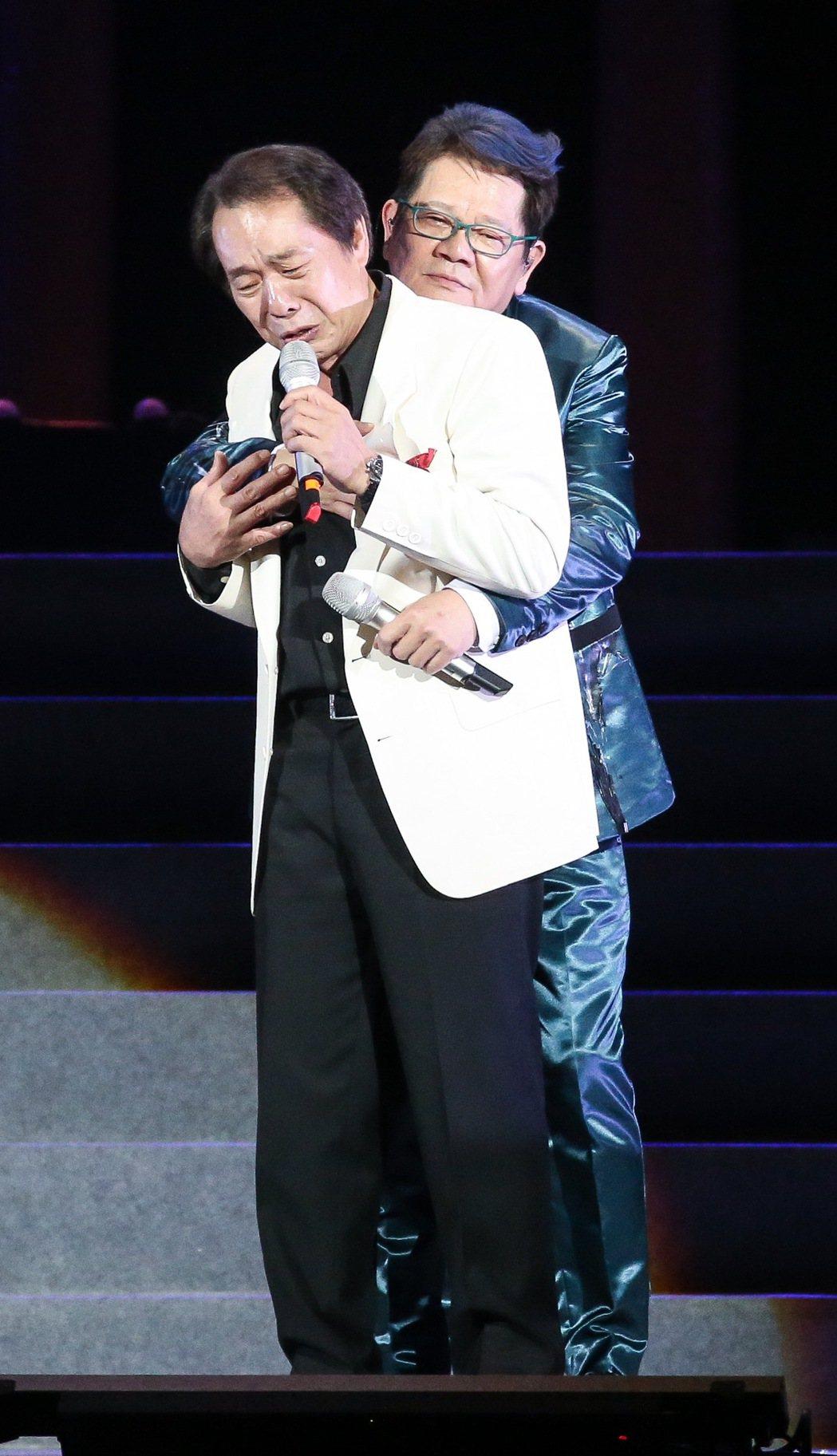鄭進一(後)在演唱會上熊抱張魁(前)。記者黃威彬/攝影