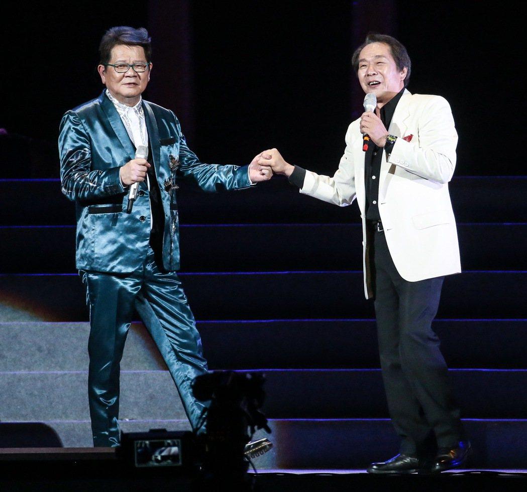 鄭進一(左)今天在小巨蛋開唱,張魁(右)到場助陣。記者黃威彬/攝影