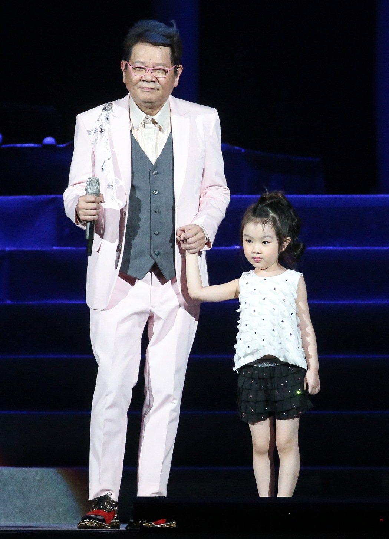 鄭進一(左)今天在小巨蛋開唱,女兒鄭羽潼(右)擔任特別嘉賓。記者黃威彬攝影