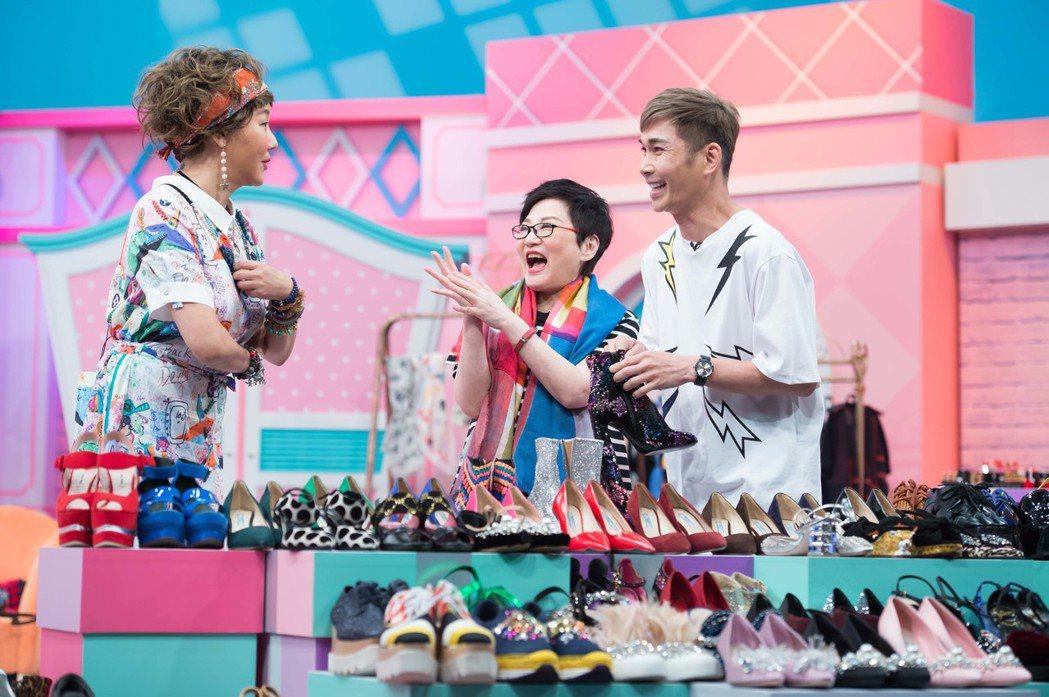 陳孫華(右)手上的鞋是張小燕(中)帶來最貴的一雙鞋。圖/TVBS提供