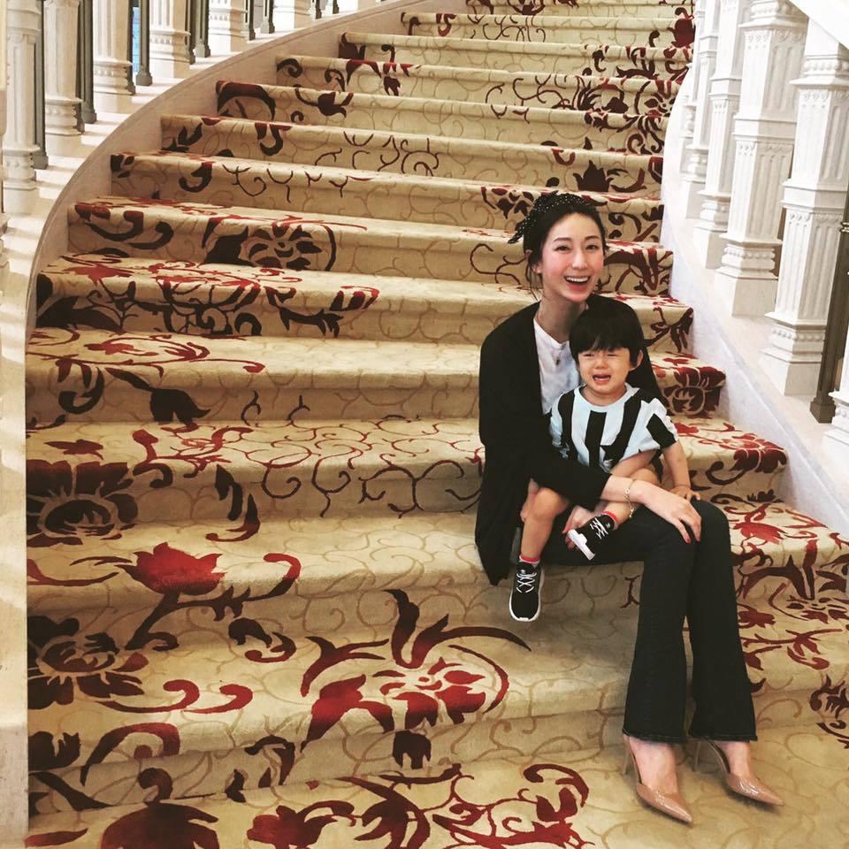 隋棠抱兒Max拍照過母親節,兒子卻因想爬樓梯,擺著一張哭臉。圖/摘自隋棠臉書