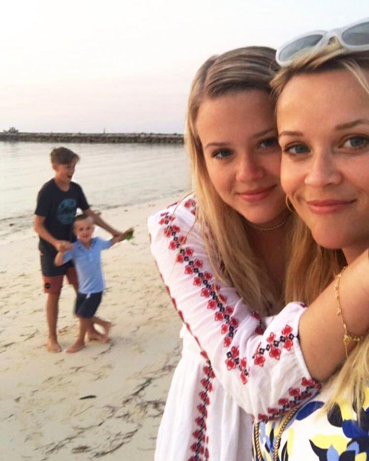 瑞絲薇絲朋(右)與女兒艾娃常被形容「宛如雙胞胎」。圖/摘自Instagram