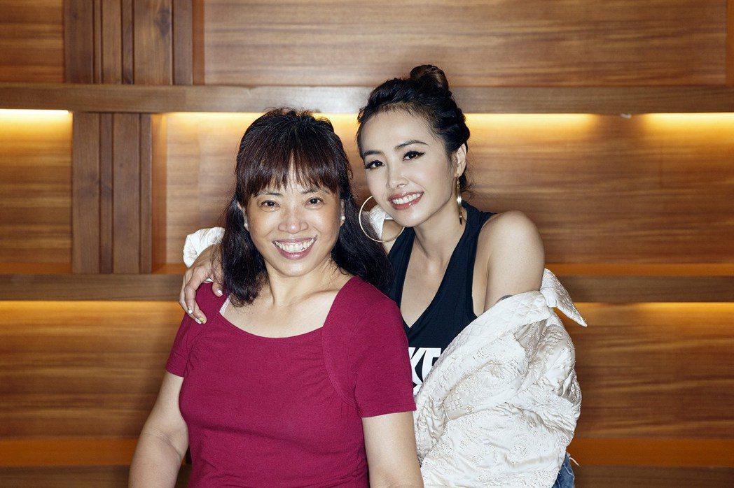 蔡依林(右)與媽媽感情緊密。圖/摘自臉書