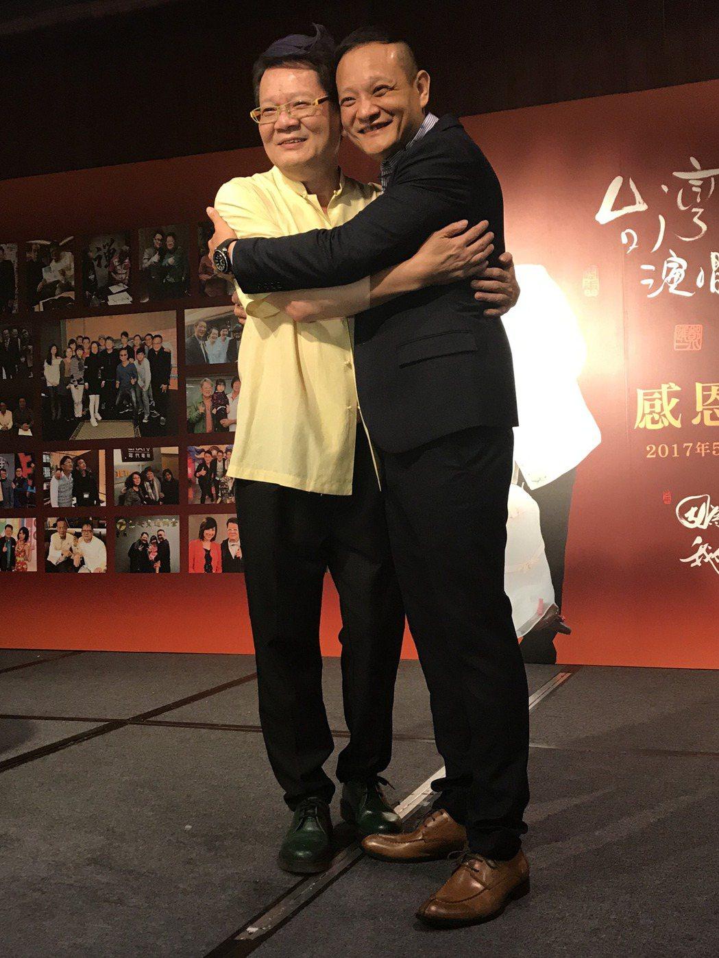 鄭進一(左)與大兒子。記者陳于嬙/攝影