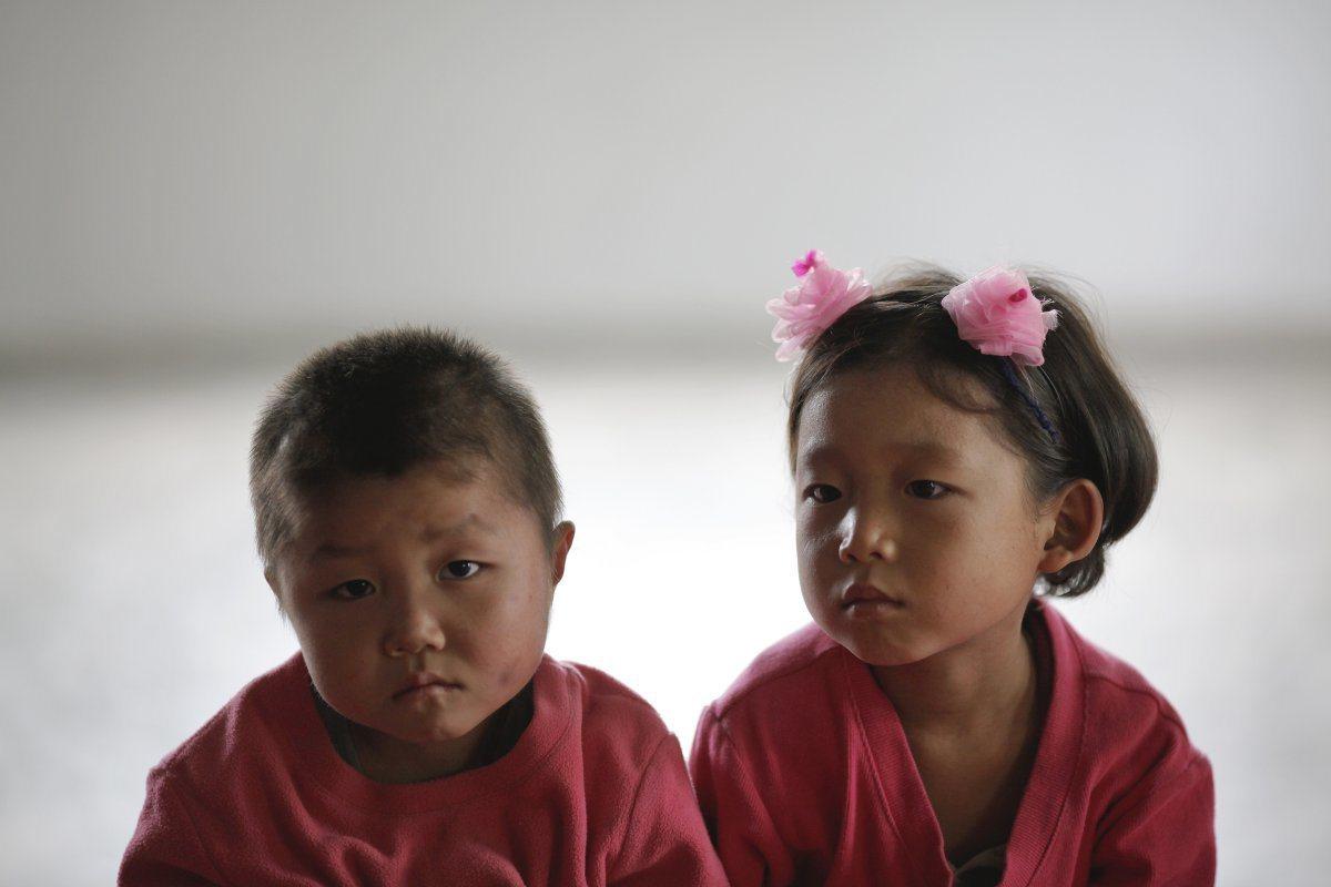 在北韓那些無父無母的孤兒特別可憐,就算被領養,若後來養父母生活困頓,這些孤兒很可...