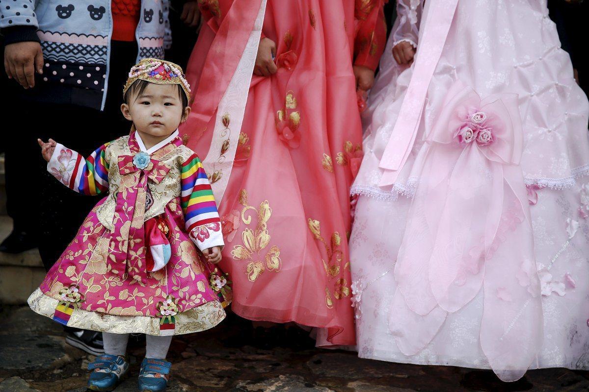 小康家庭有能力為小孩買北韓傳統服飾。圖/路透