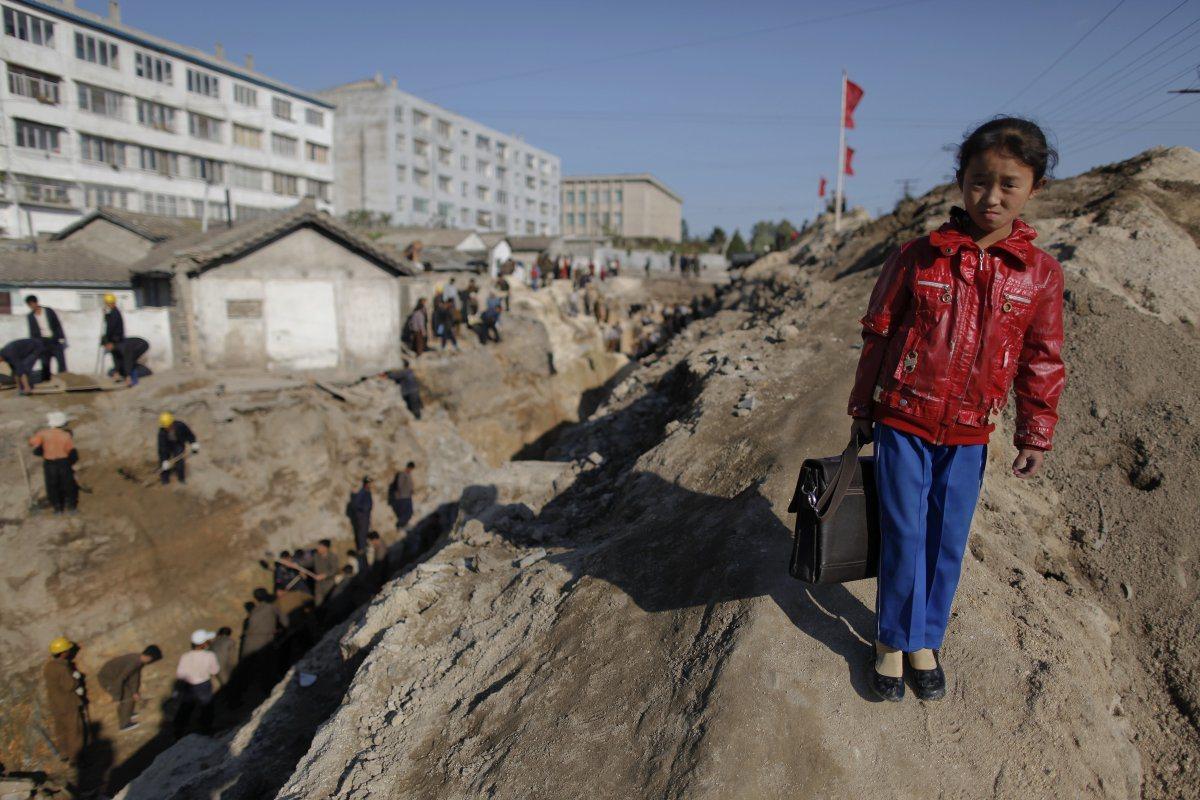 在發展比較落後的地區,學童走到學校途中常會經過工地及危險地形,若村裡有校車也常被...