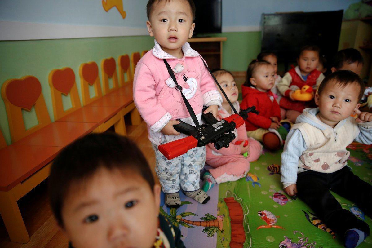 北韓政府的政令宣導,連幼稚園也得照辦,小孩從小就要學習反美言論,或以玩具手槍及玩...