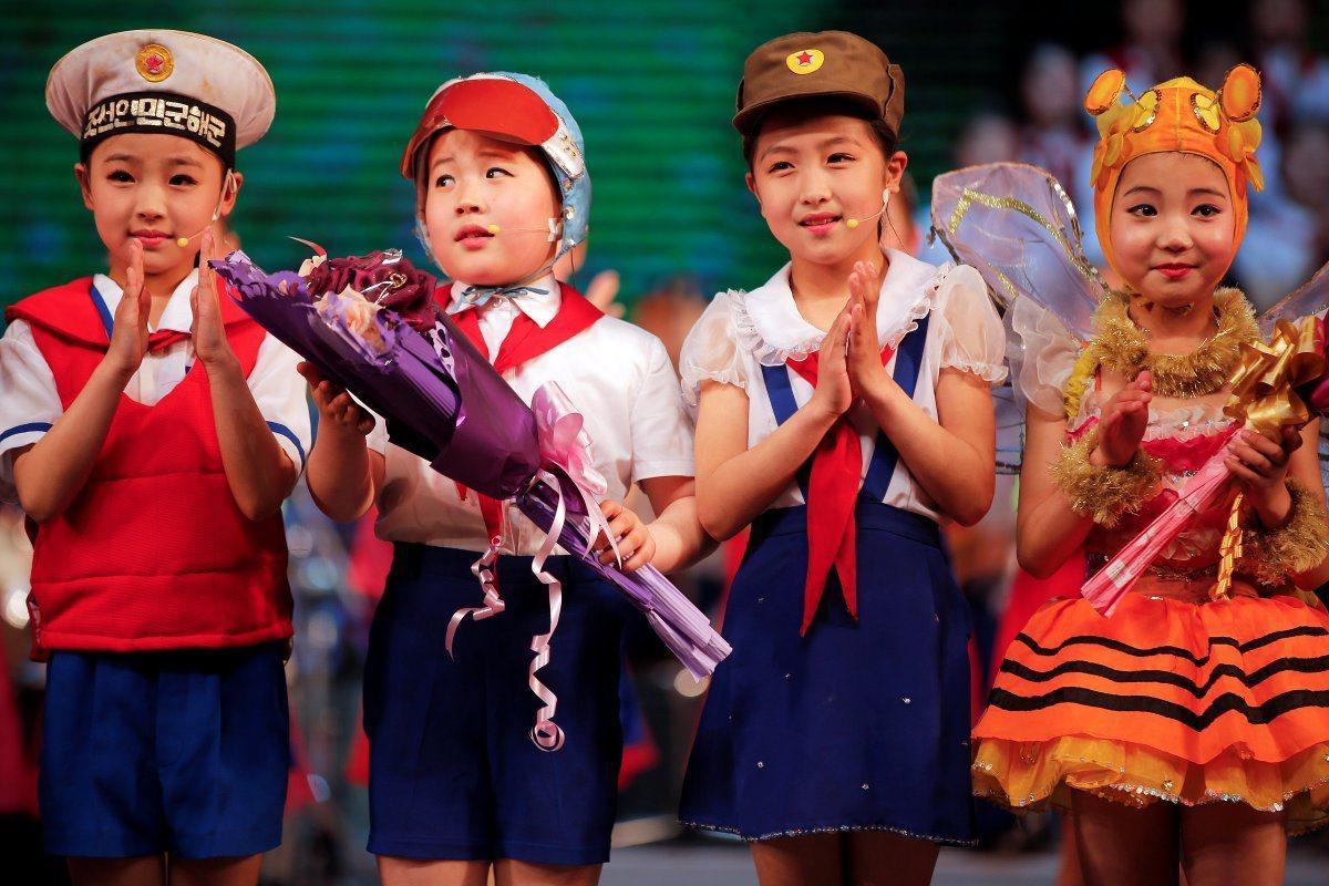 去年5月北韓兒童表演給外國新聞記者觀賞的活動中,許多合唱、舞蹈及雜技均飄著一股濃...