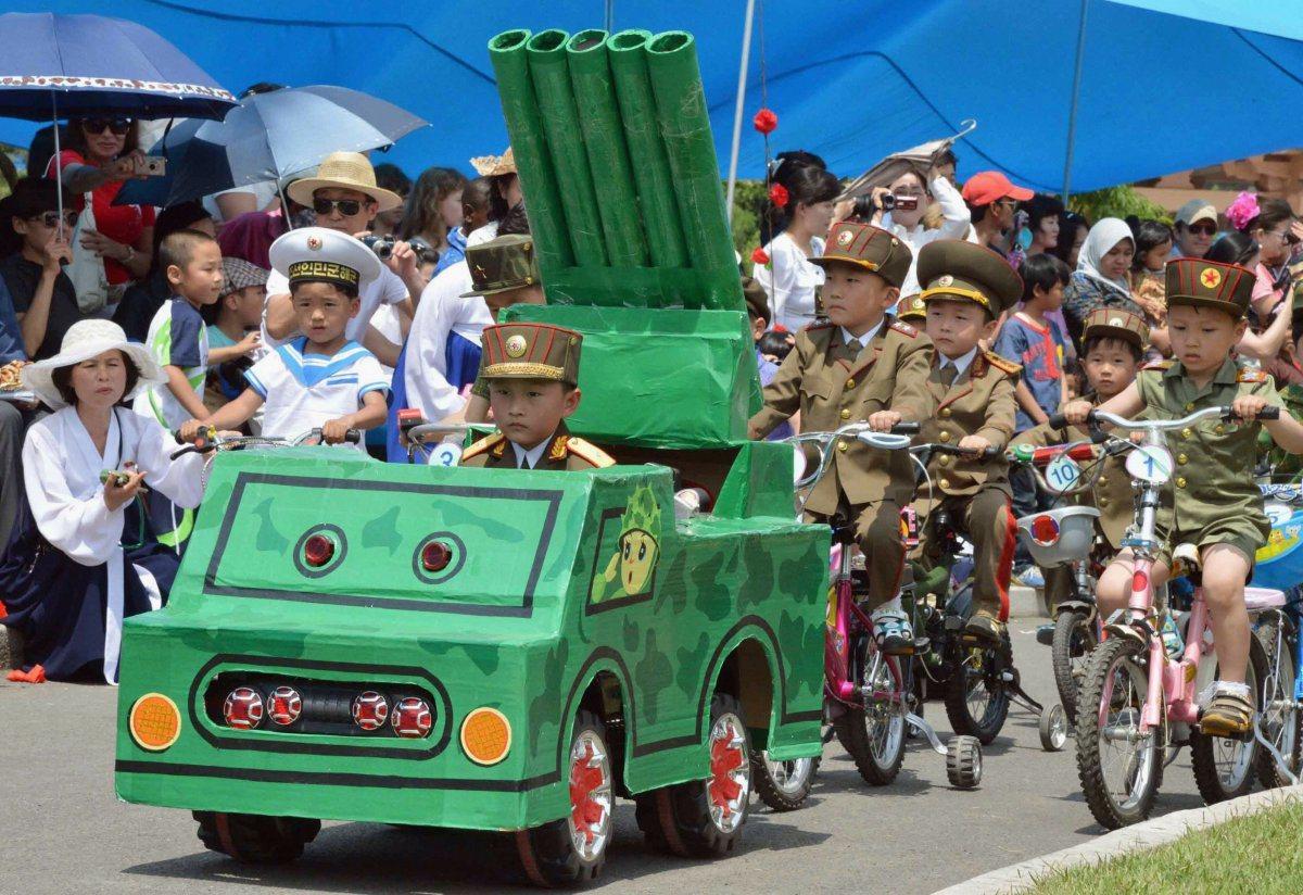 平壤在國際兒童節舉行兒童版閱兵儀式,小孩一身戎裝。圖/路透