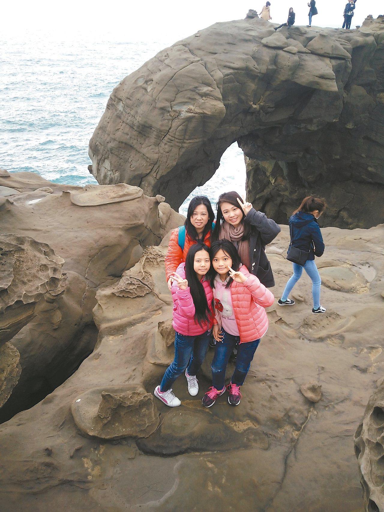 謝素青(後排左)經常帶著3個女兒出遊,感情很好。 圖/謝素青提供