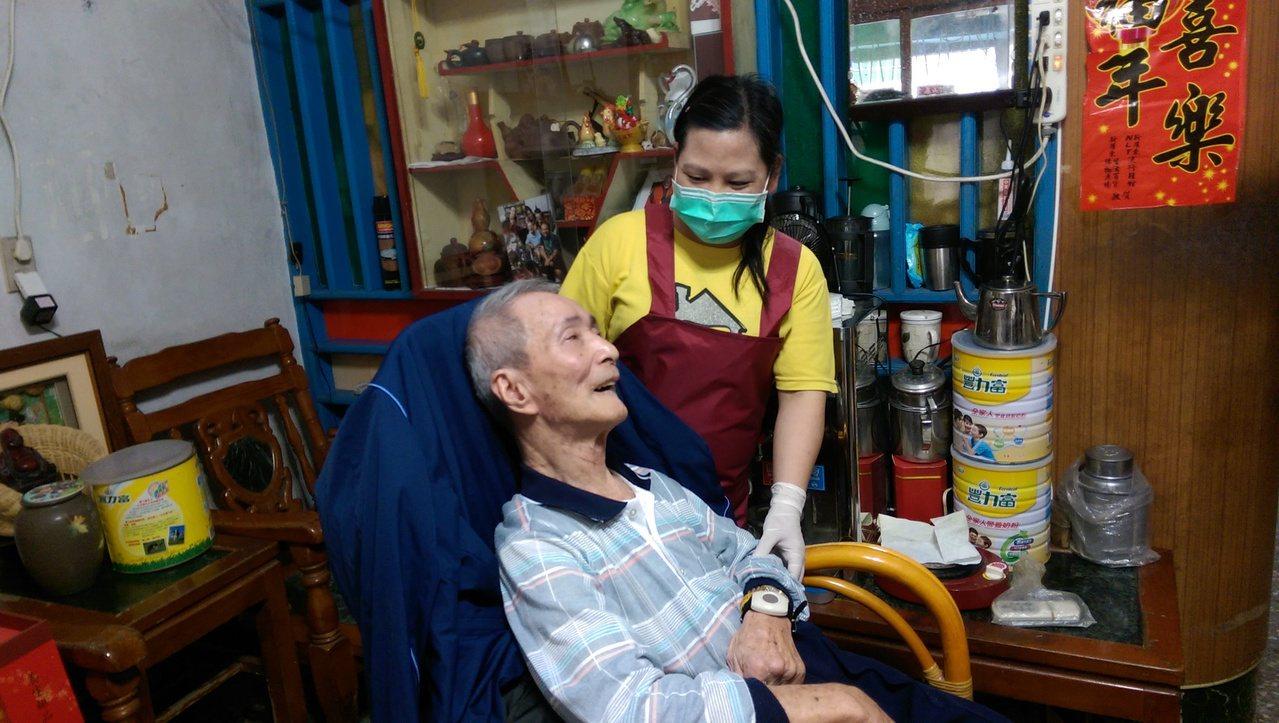 擔任居家照顧員的謝素青,是獨居長者的開心果。 記者戴永華/攝影
