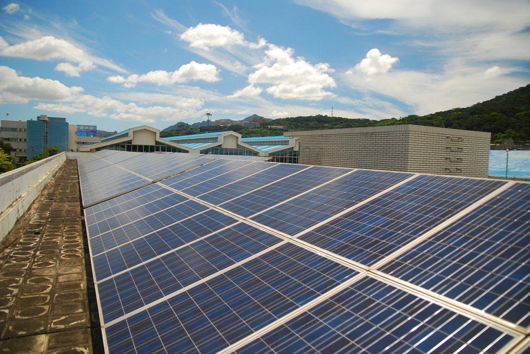 財政部與經濟部達成修改貨物稅條例共識,將現行稅率百分之十的太陽能板用的玻璃改為免...