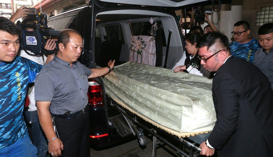 藝人豬哥亮病逝,大體下午移靈至板橋殯儀館。記者侯永全/攝影