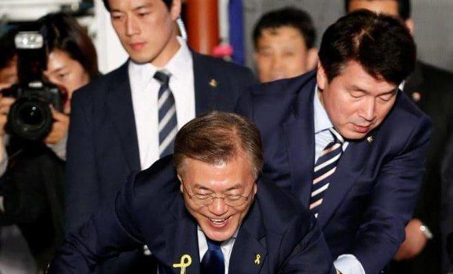 在南韓總統大選中認真保護文在寅的崔英載(左)。 (路透)