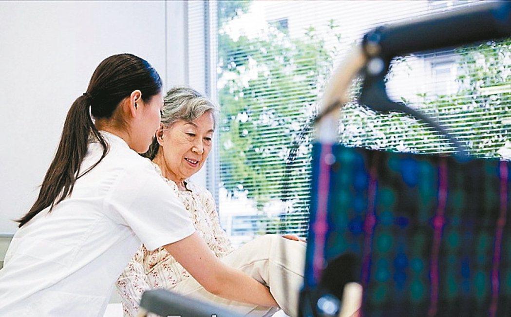 台灣即將進入高齡化社會,居家照護需求攀升。錠嵂保經指出,挑選殘扶型保險要注意「理...