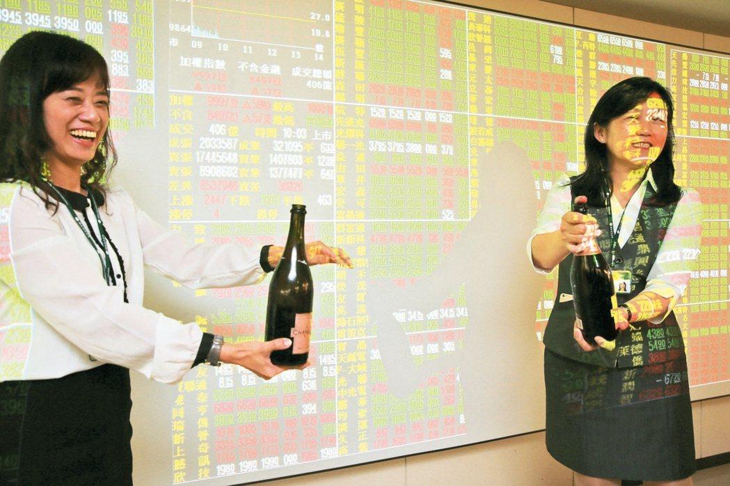 台北股市持續站穩萬點,圖為台股上萬點,券商開香檳開心慶祝的情形。 本報系資料庫
