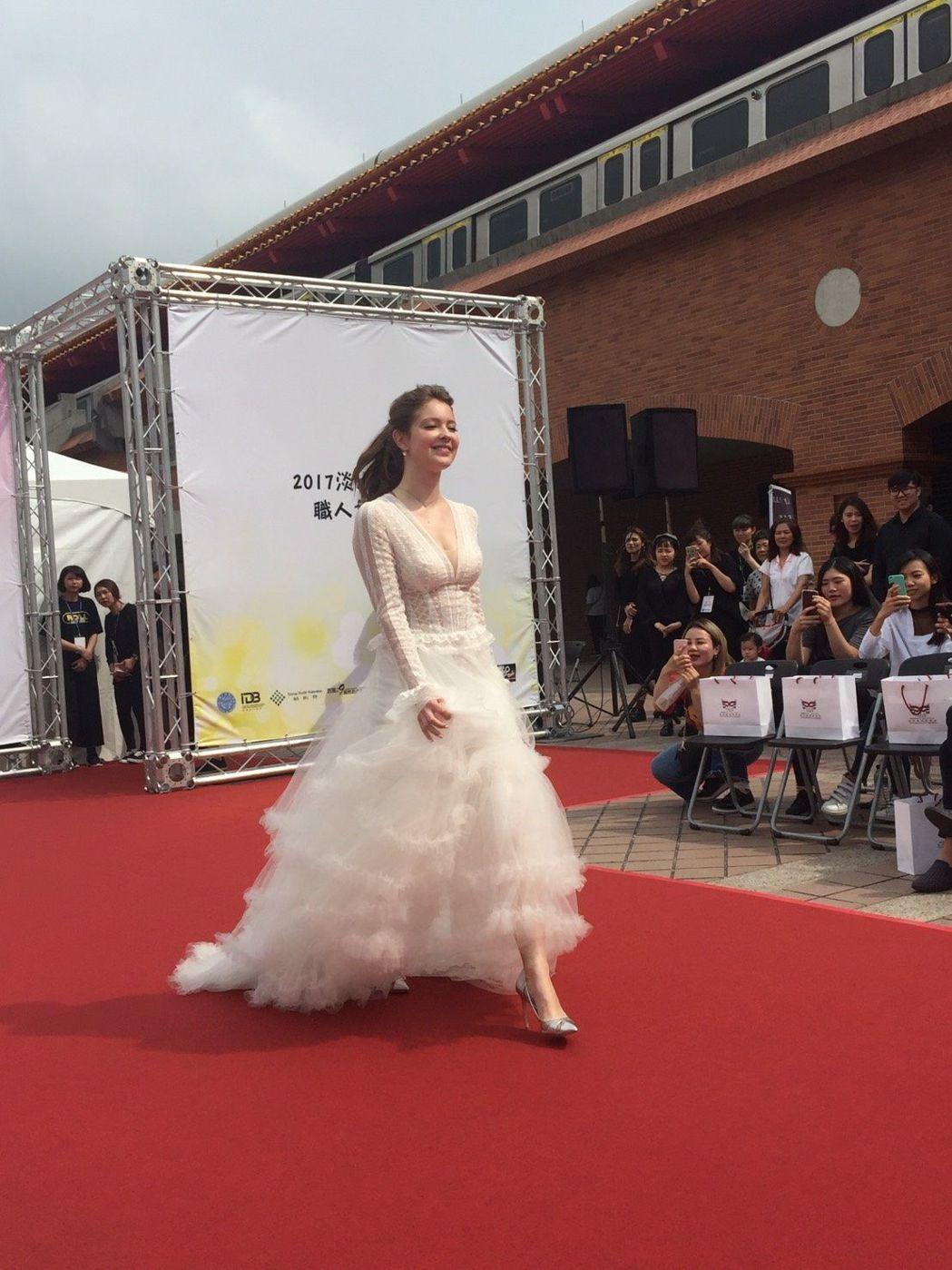 俄羅斯美女藝人安妮走秀,成為鎂光燈焦點 聖約大/提供