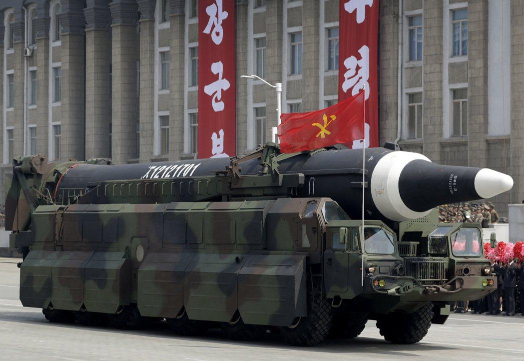 北韓昨再試一枚彈道飛彈,分析家指出,「火星12型」彈道飛彈連關島都能射到。圖為上...