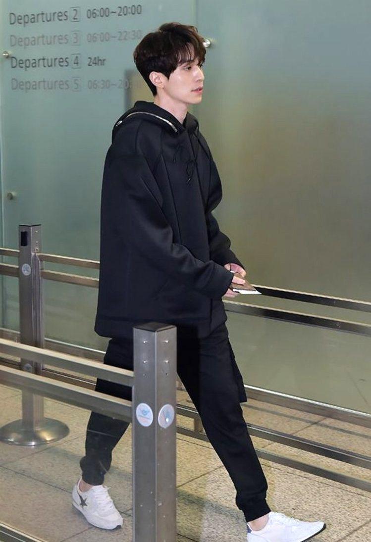 在《鬼怪》中常以黑色服裝現身的「地獄使者」,李棟旭以同樣概念打造機場時尚,上衣是...