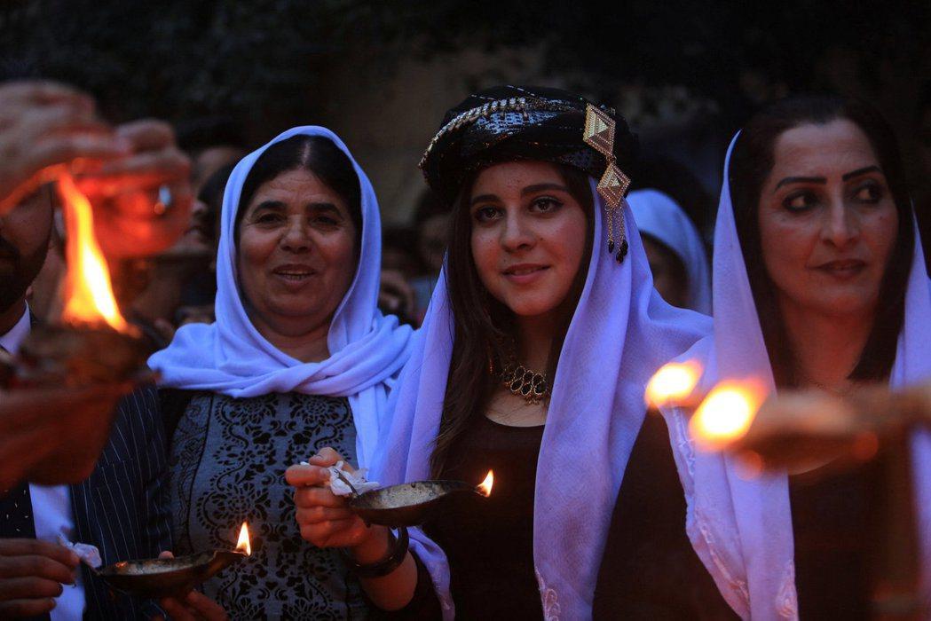 大批信仰伊斯蘭教的庫德族起身對抗,並救助不少遭受迫害的亞茲迪人。圖為亞茲迪教徒的...