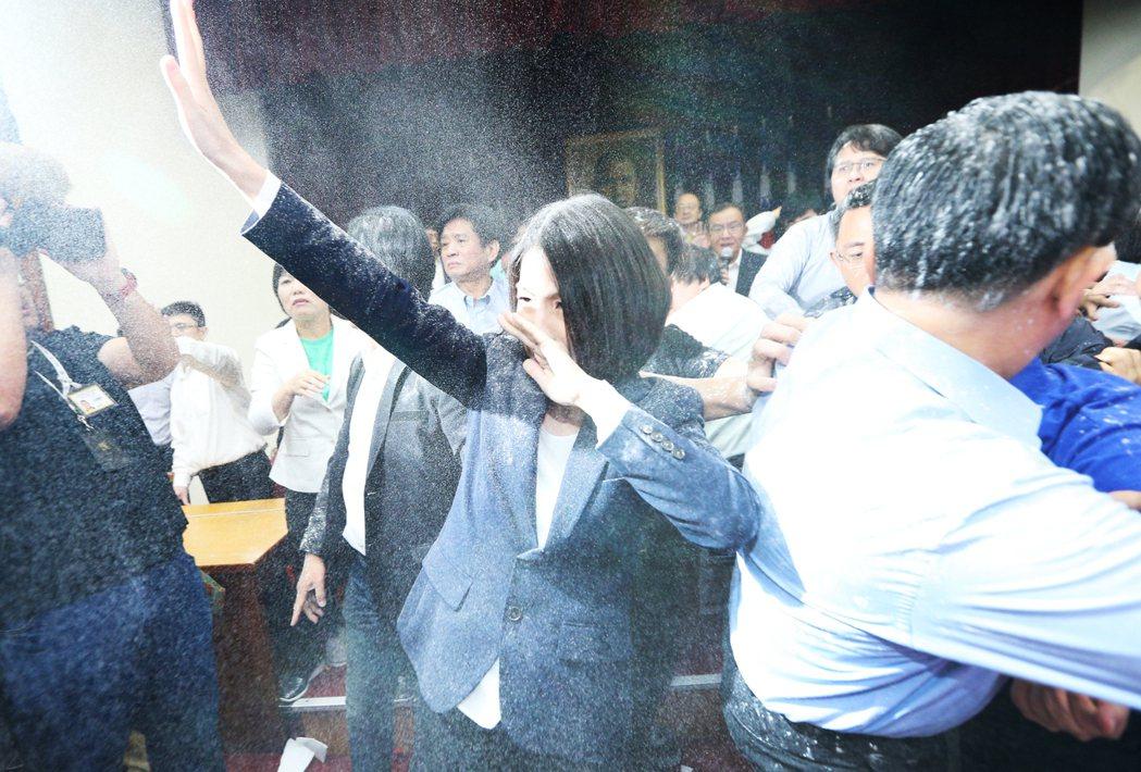 國民黨立委廖國棟拿麵粉亂撒,現場一片霧茫茫。  記者陳正興/攝影