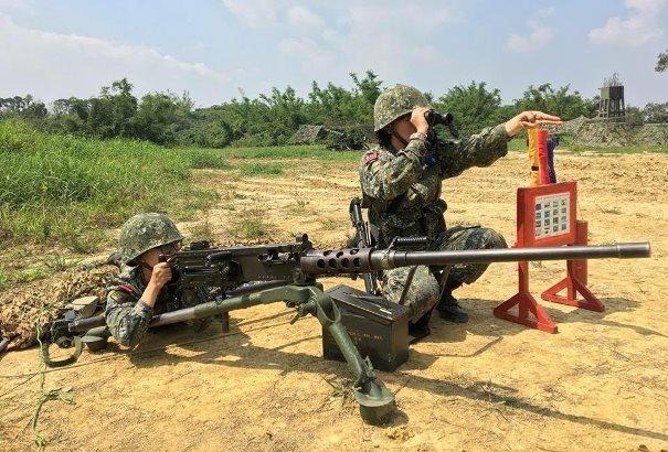 陸軍司令部日前分享一張基層部隊進行戰備任務的畫面,但女兵操作50機槍的動作卻被批...