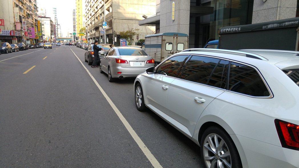 台北市經常可見違停汽機車,包含並排停車。記者翁浩然/攝影 翁浩然