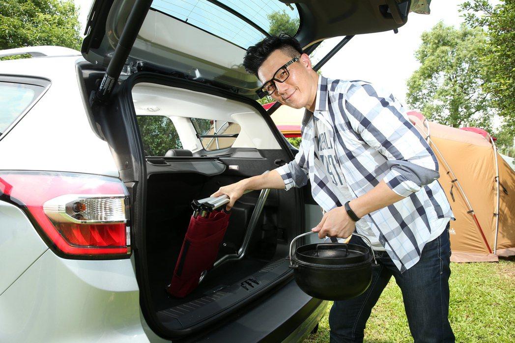 Ford Kuga的電動尾門及優異的行李廂空間,方便露營器具塞好塞滿。 記者陳立...