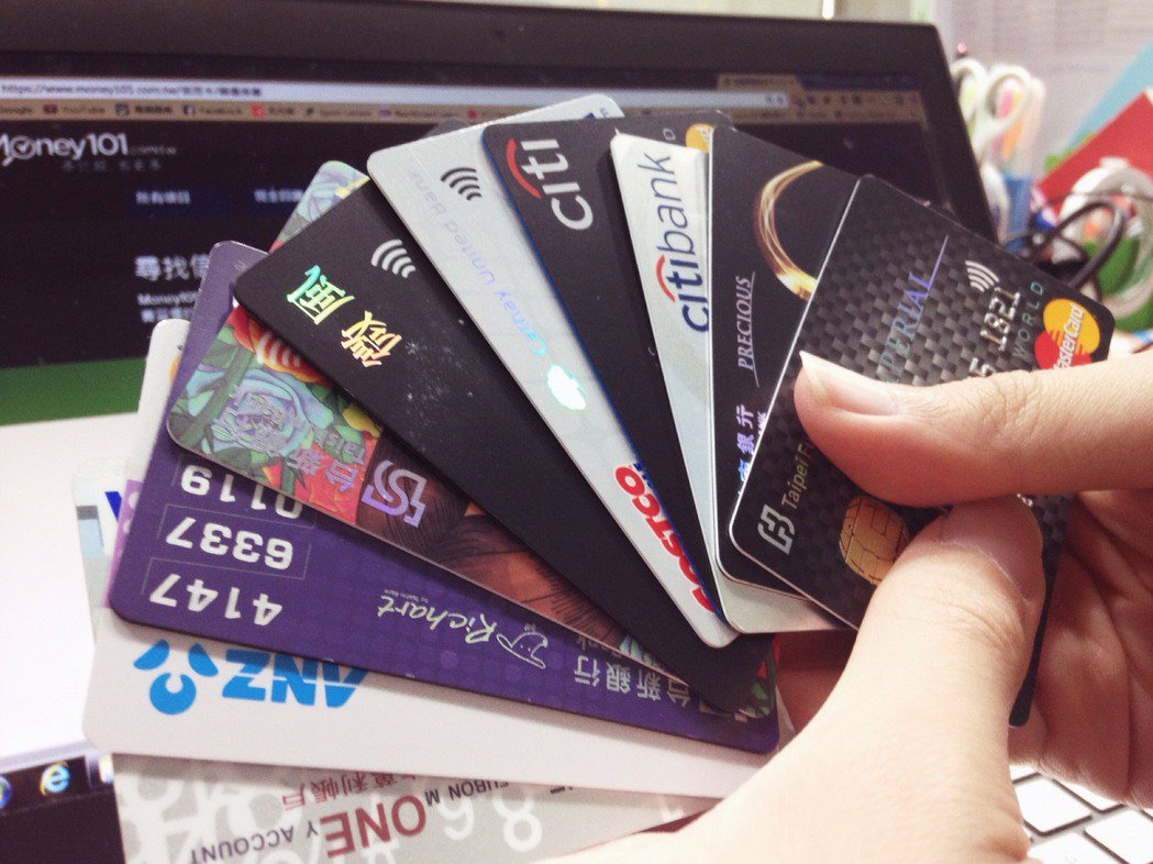 銀行建議,民眾不要辦太多張卡,在1家銀行最多持有2張卡為原則。  圖/Mone...