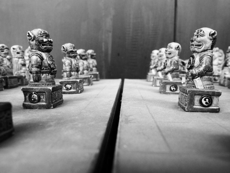 民宿內有許多風獅爺造型的小物,風獅爺造型的象棋沒看過了吧!(攝影/黃郁仁)