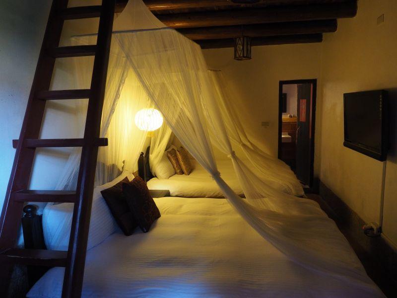 每間都有公主般的床帳,睡起來格外有情趣(攝影/黃郁仁)
