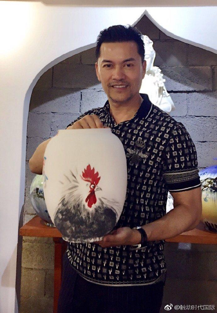 呂良偉日前在大陸參觀陶瓷廠,現場作畫。圖/摘自微博
