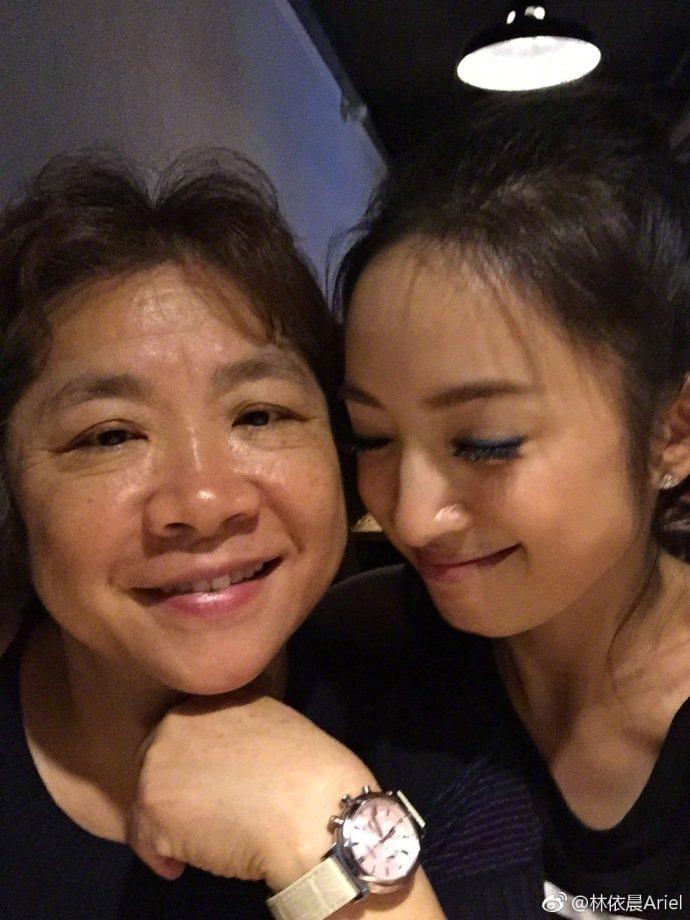 林依晨(右)與媽媽感情好。圖/摘自微博