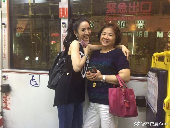 林依晨(左)母親節發文,曝媽媽曾小腦中風。圖/摘自微博