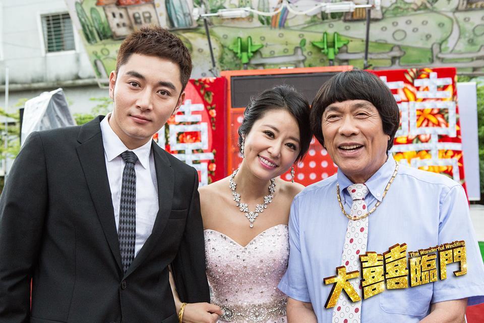 林心如(中)在「大囍臨門」中扮演豬哥亮的女兒,左為男主角李東學。圖取自臉書