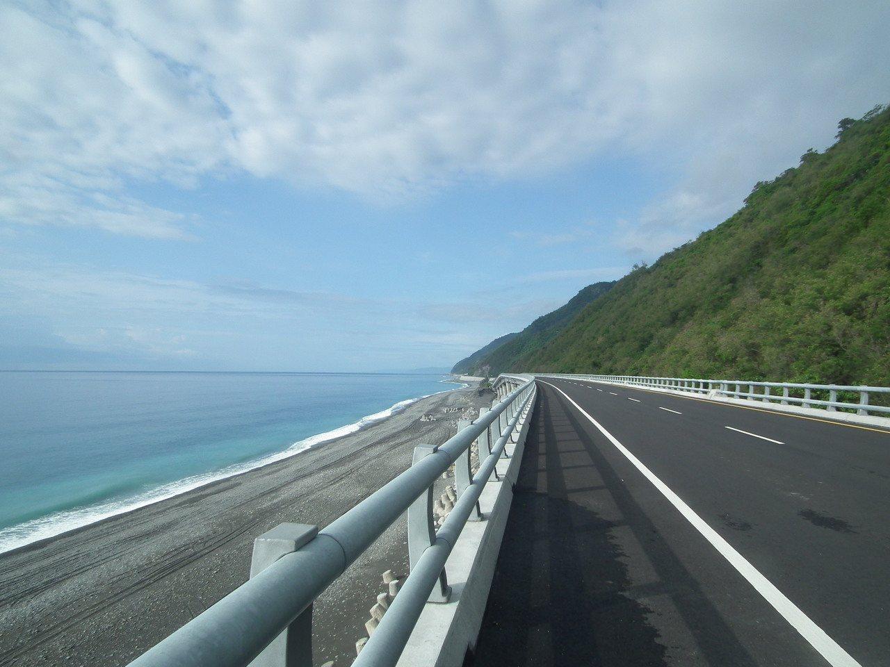 台東南迴公路「多良高架橋」,無邊際海景讓人身心靈解放,被往來駕駛朋友稱為最「療癒...