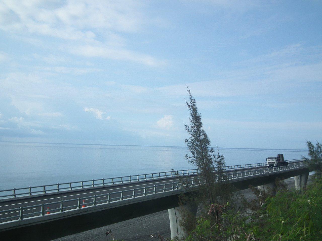 海天一色的海景,有駕駛說:「開在上面,就想停車不想走了」。記者尤聰光/攝影