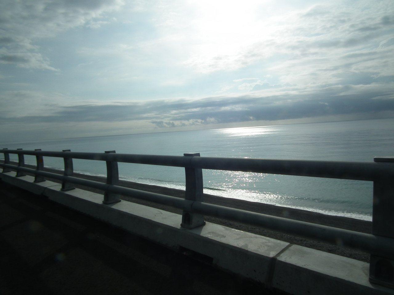 車子開在高架橋上,有時會讓人產生開在海面上的錯覺。記者尤聰光/攝影