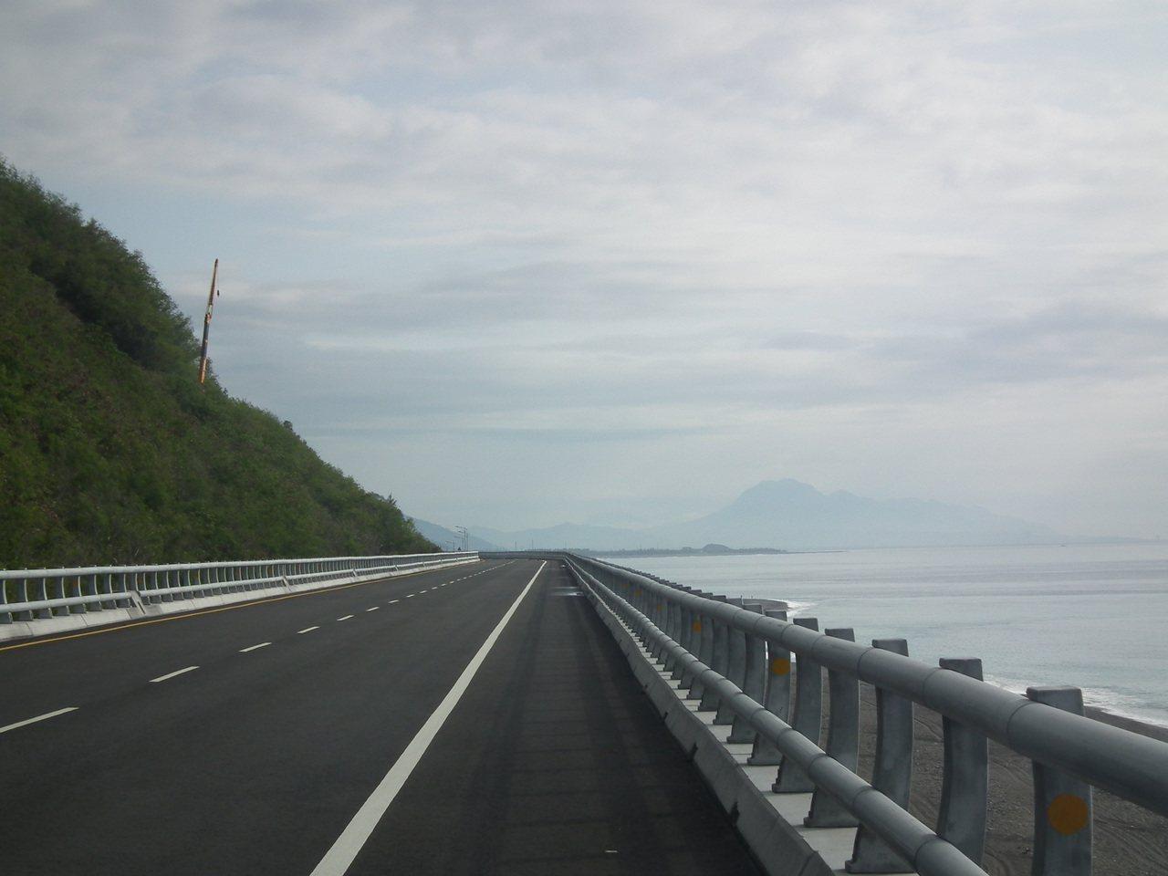 行駛高架橋,還能看到素有台東富士山的「都蘭山」,美景加分。記者尤聰光/攝影